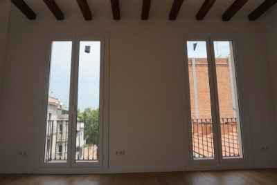 Renovated corner apartment in Gracia district